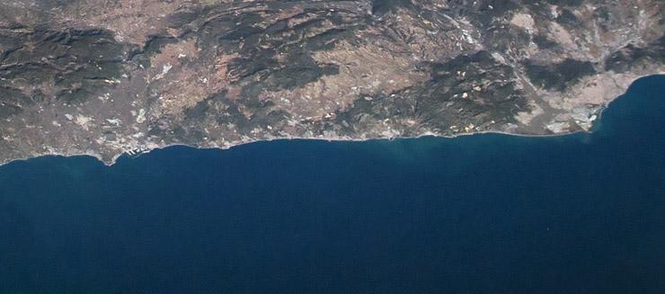 En este recorte se puede apreciar también el puerto de la ciudad de Tarragona y Barcelona. NASA.
