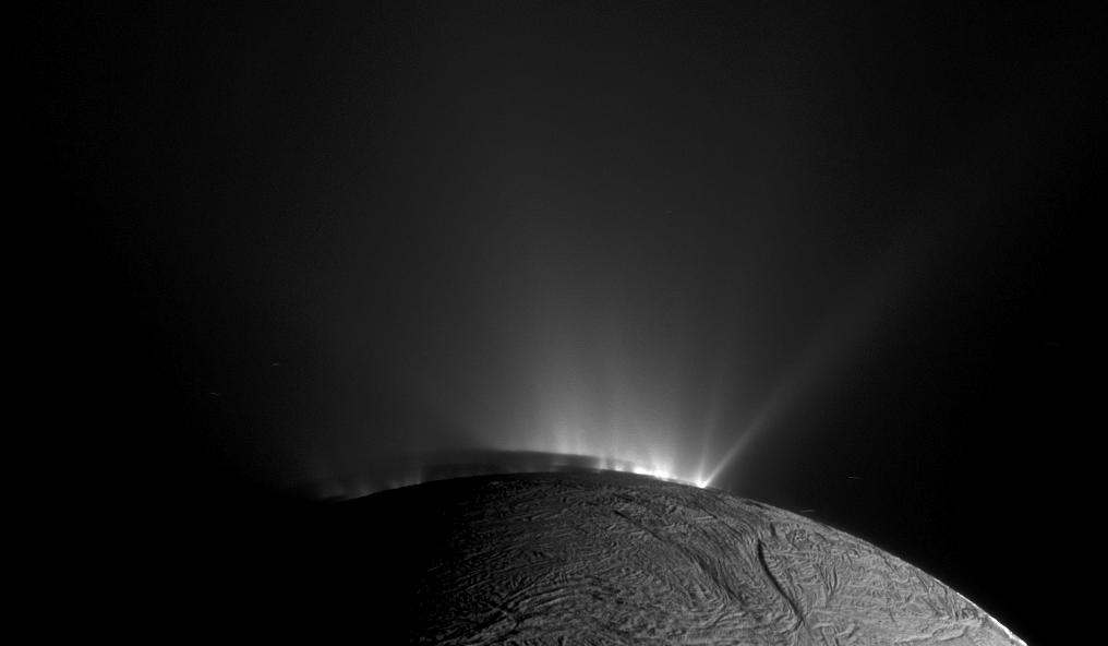 Los geiseres de Encelado, observados por la Cassini. NASA/JPL.