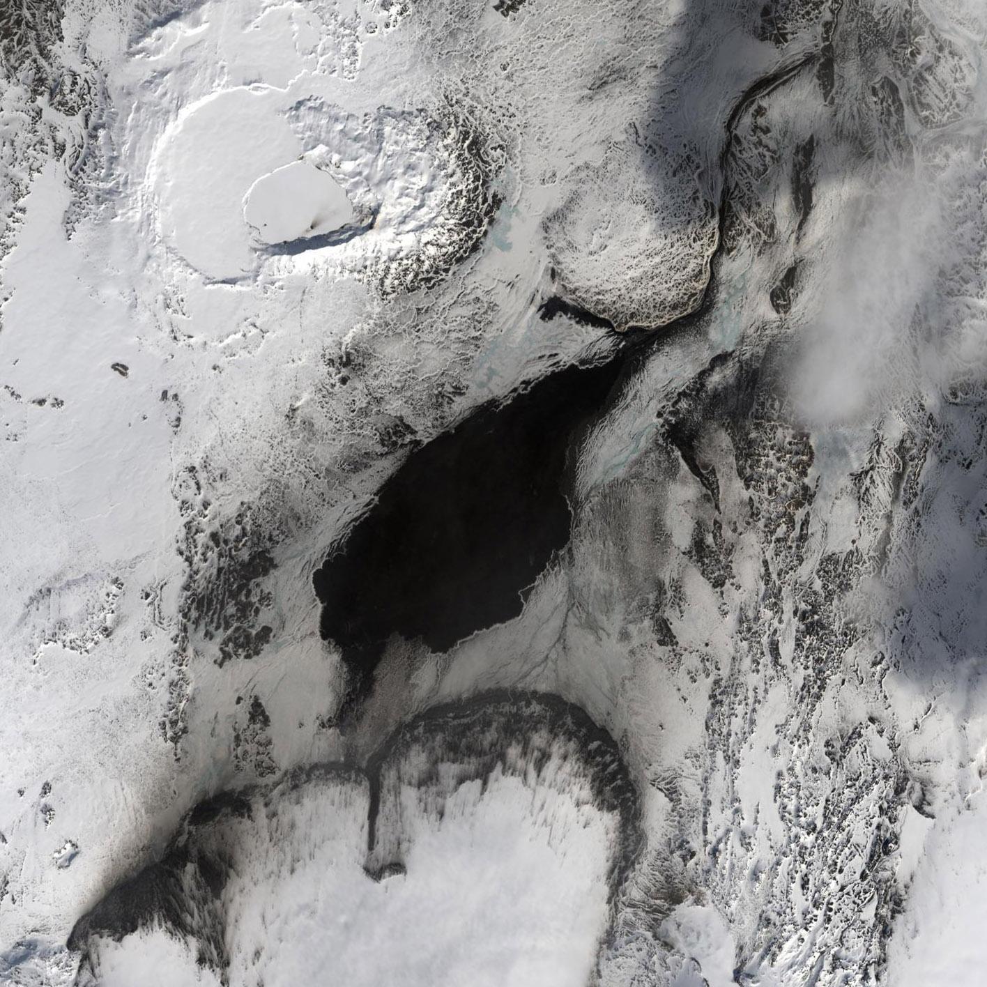 La zona de la erupción con mayor detalle, sacada de la imagen completa del Landsat 8. NASA/USGS.
