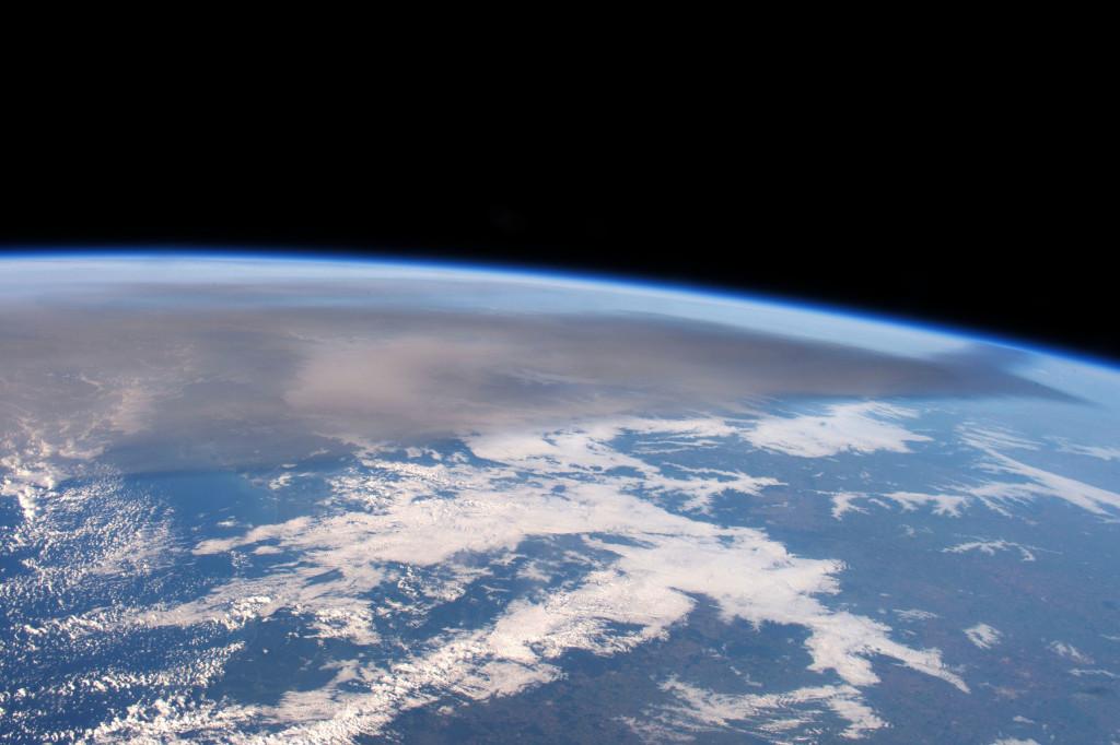 La ceniza que hay en la atmósfera se aprecia perfectamente en esta imagen tomada desde la ISS el pasado día 25 de abril, destacando como una nube de color grisáceo. NASA.