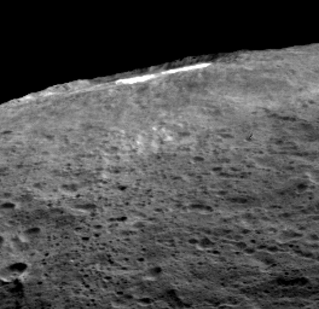 """En las imágenes oblicuas es donde los científicos afirman haber observado esta """"niebla"""" fruto de la sublimación del hielo. NASA/JPL-Caltech/UCLA/MPS/DLR/IDA."""