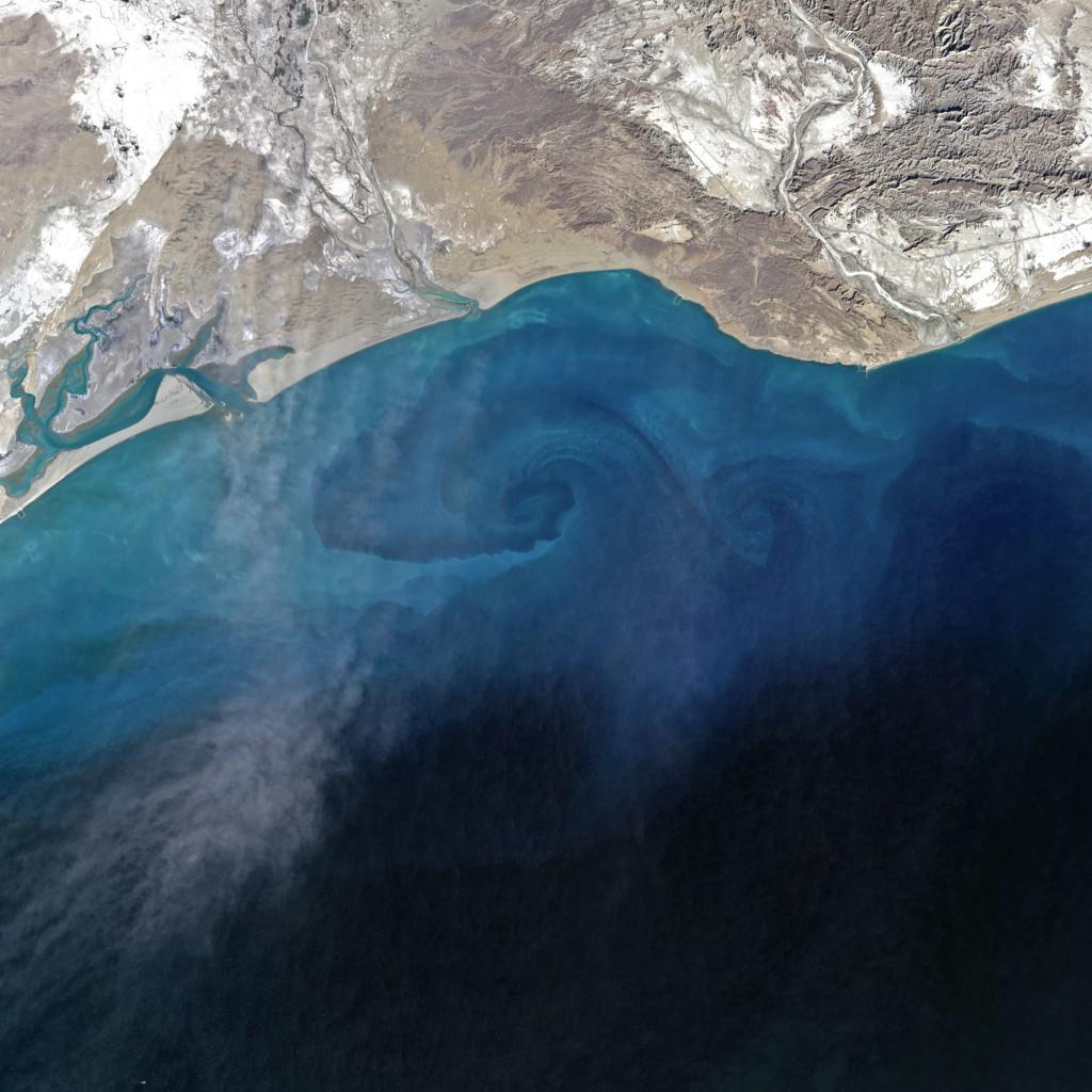 Parte de la tormenta de arena acaba sobre el mar Arábigo. Landsat/NASA/USGS.