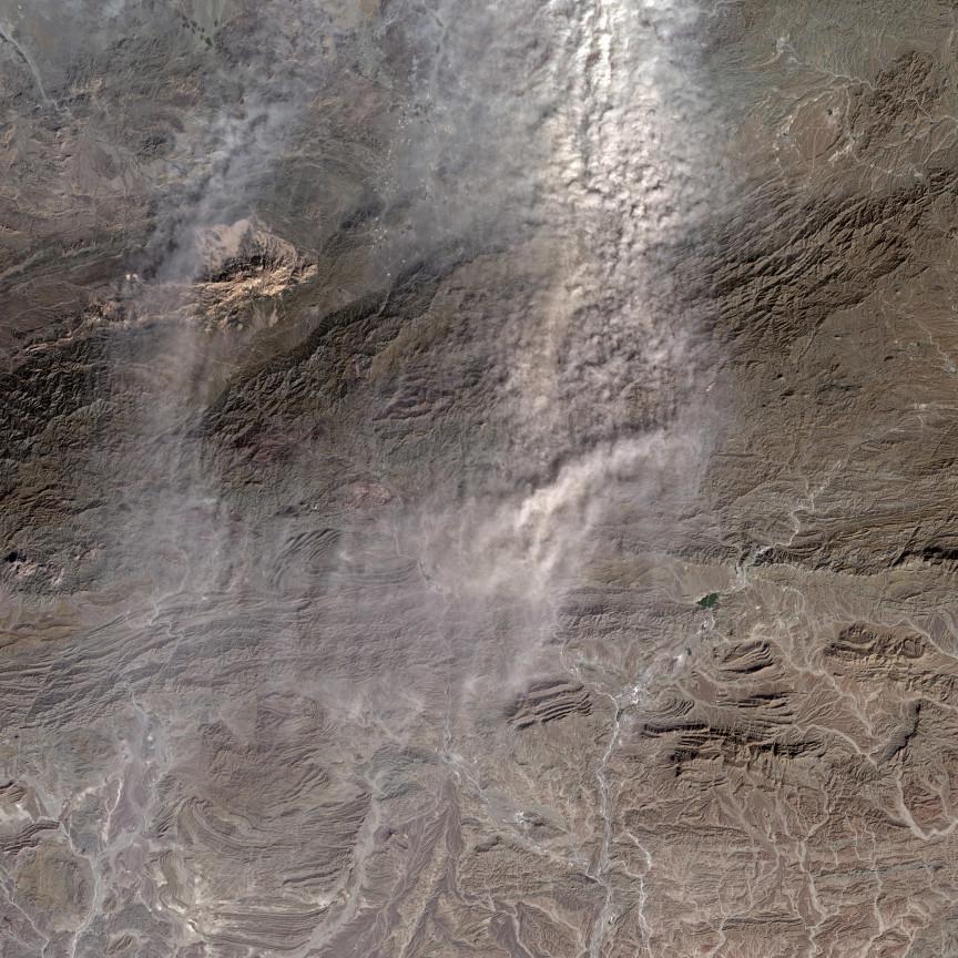 Estas tormentas de polvo pueden alcanzar alturas de casi 2 km. sobre la superficie y saltar las montañas para continuar, como en este caso. Landsat/NASA/USGS.
