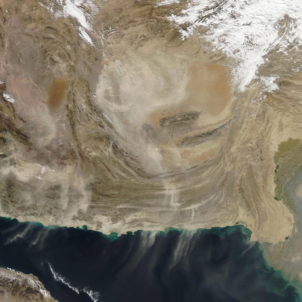 Imagen tomada por el satélite Aqua entre las fronteras de Afganistán y Pakistán donde se aprecian las tormentas de arena recorriendo el desierto y las montañas. A la derecha se puede apreciar parte del delta del río Indo. NASA.
