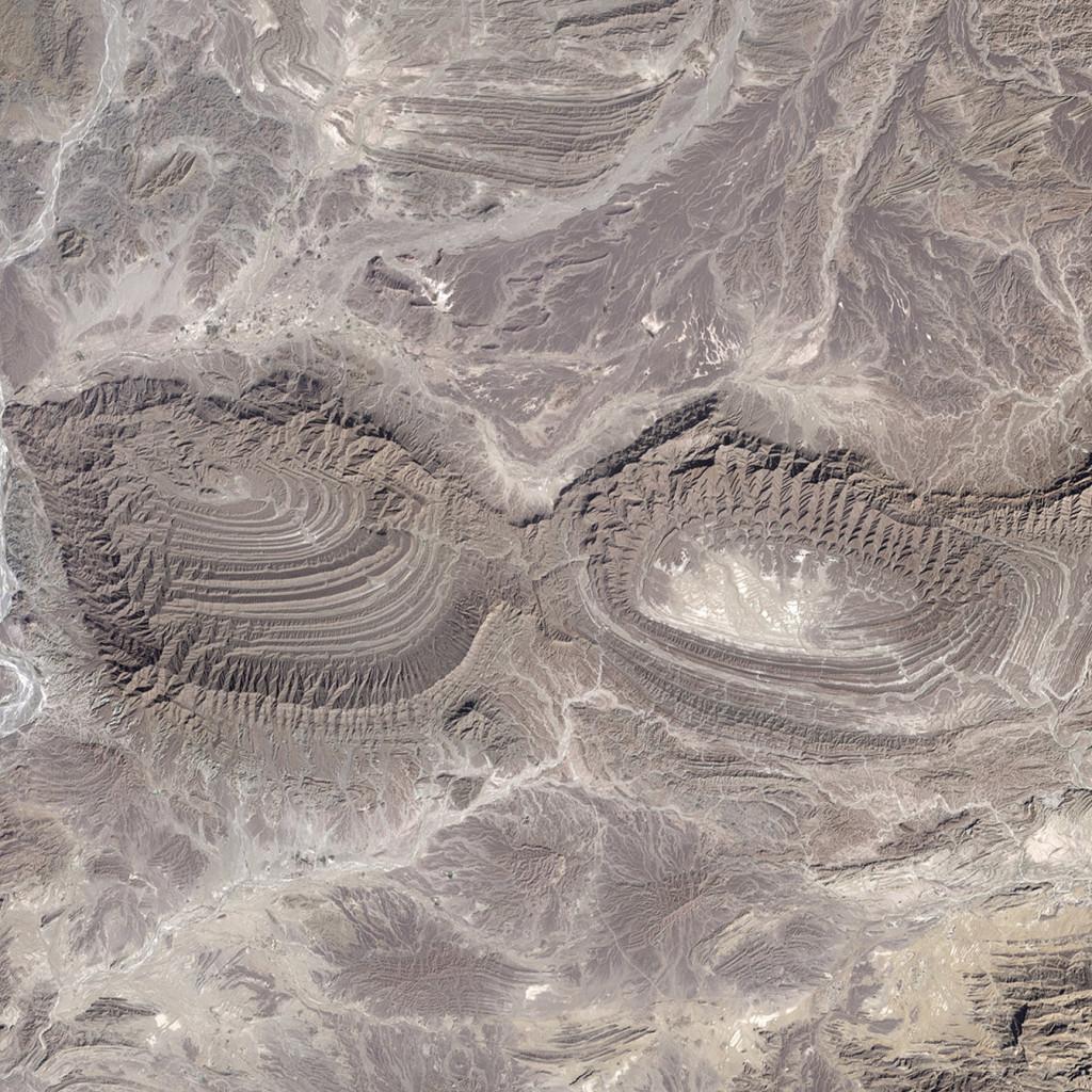 Y para acabar, ¡que mejor que dos pliegues! Landsat/NASA/USGS.