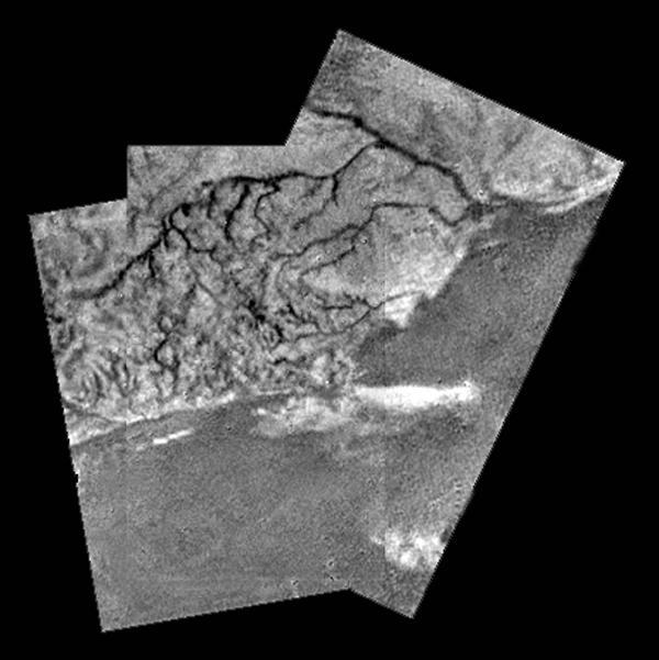 Cuando la sonda Huygens descendía hacia la superficie de Titán, observó estas redes de drenaje sobre la superficie de Titán. ¿Era agua? ¡No! Hidrocarburos. NASA/JPL/ESA/University of Arizona.