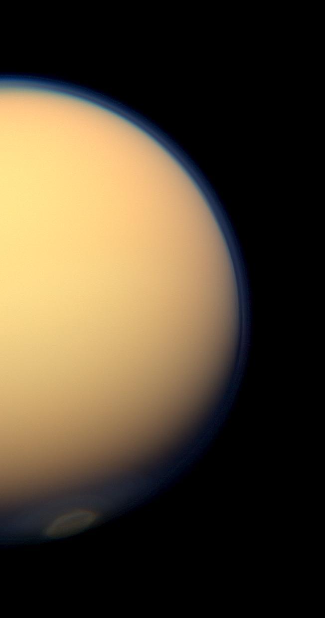 Titán, fotografiado por la Cassini en Julio de 2012, donde queda patente su densa atmósfera que en luz visible no nos deja ver detalles de su superficie. NASA/JPL-Caltech/Space Science Institute.