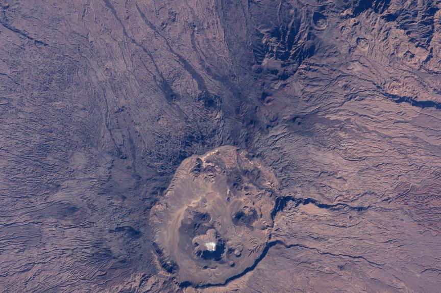 El volcán Emi Koussi y sus alrededores, fotografiados desde la Estación Espacial Internacional. NASA.