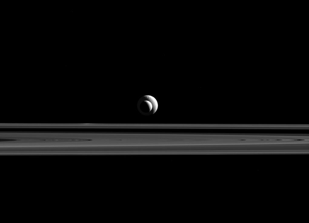Encélado, Tetis y los anillos de Saturno.  NASA/JPL-Caltech/Space Science Institute.