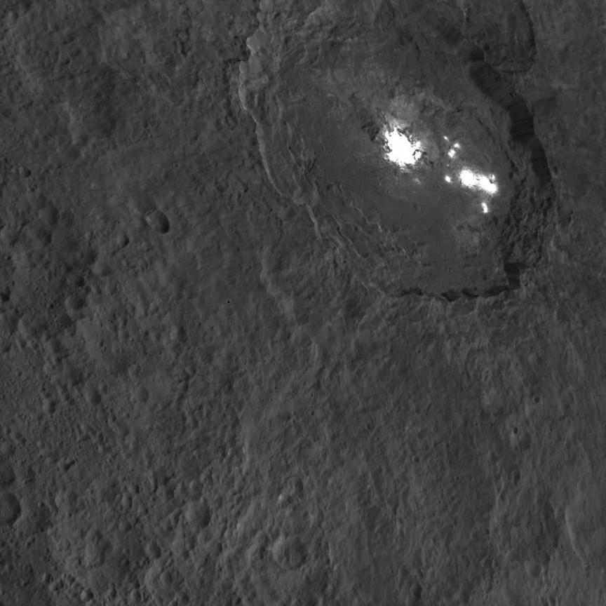 El crater Occator, visto por la Dawn desde 1470 kilómetros de altura el pasado 18 de Octubre. NASA/JPL-Caltech/UCLA/MPS/DLR/IDA.