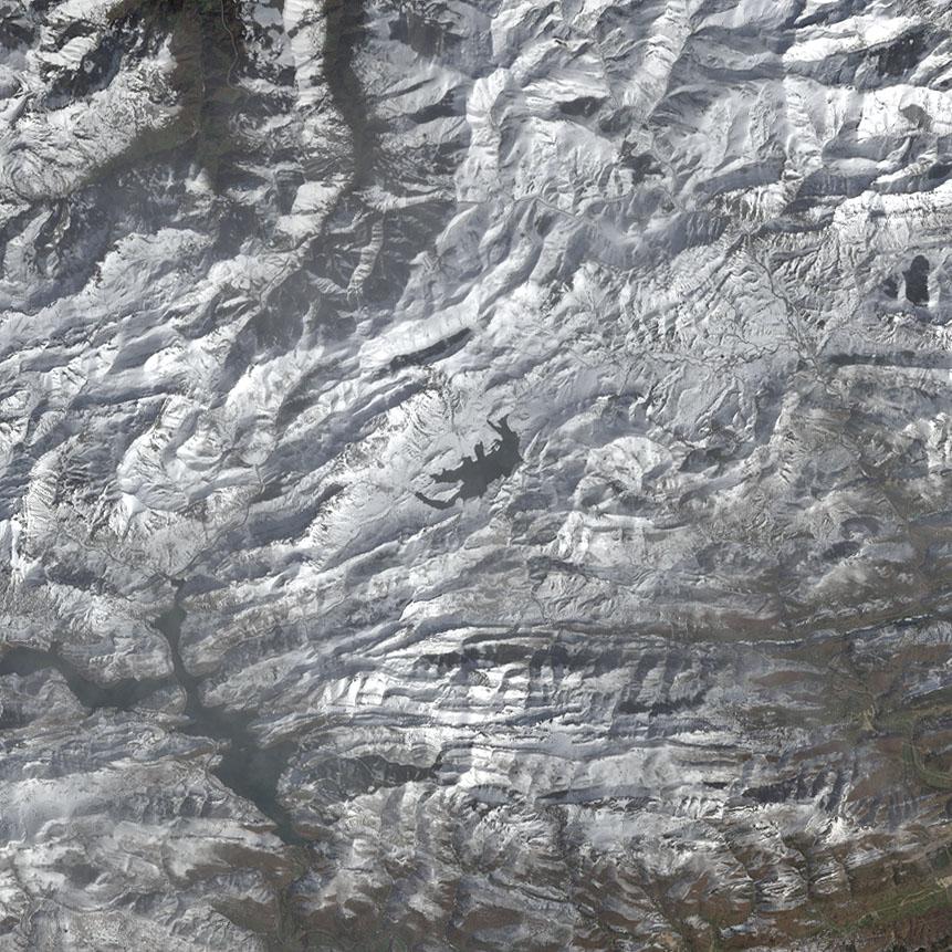 El embalse del Porma, rodeado de nieves. NASA/USGS.