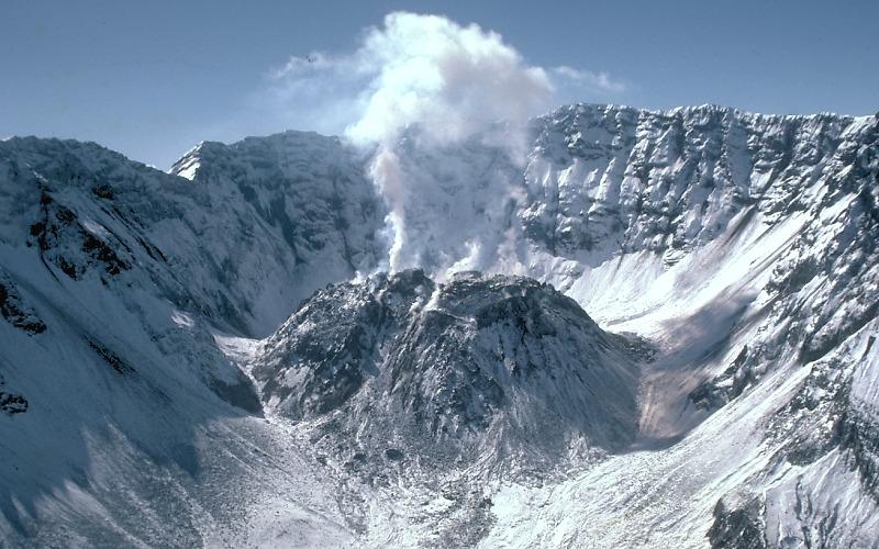 Un domo de lava crece en el Monte Saint Helens, en Estados Unidos, en el año 1984. USGS.