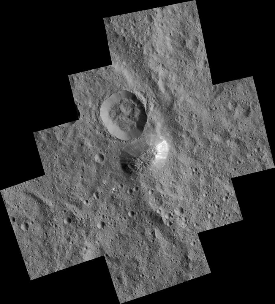 """Ahuna Mons es la """"montaña"""" que hay junto a un cráter en el centro de la imagen. NASA/JPL-Caltech/UCLA/MPS/DLR/IDA/PSI."""