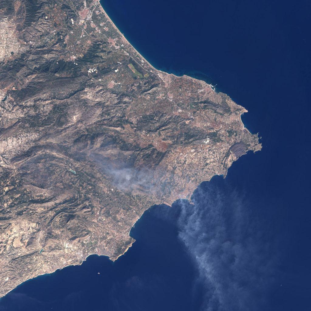Imagen en color natural tomada ayer, día 6 por el Landsat 8. Se aprecia perfectamente la columna de humo del incendio de Bolulla. NASA/USGS.