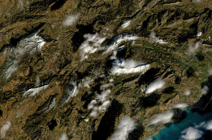 Detalle de la imagen anterior, donde se puede apreciar todavía nieve en las sierras del Norte de la provincia de Alicante. NASA/USGS.