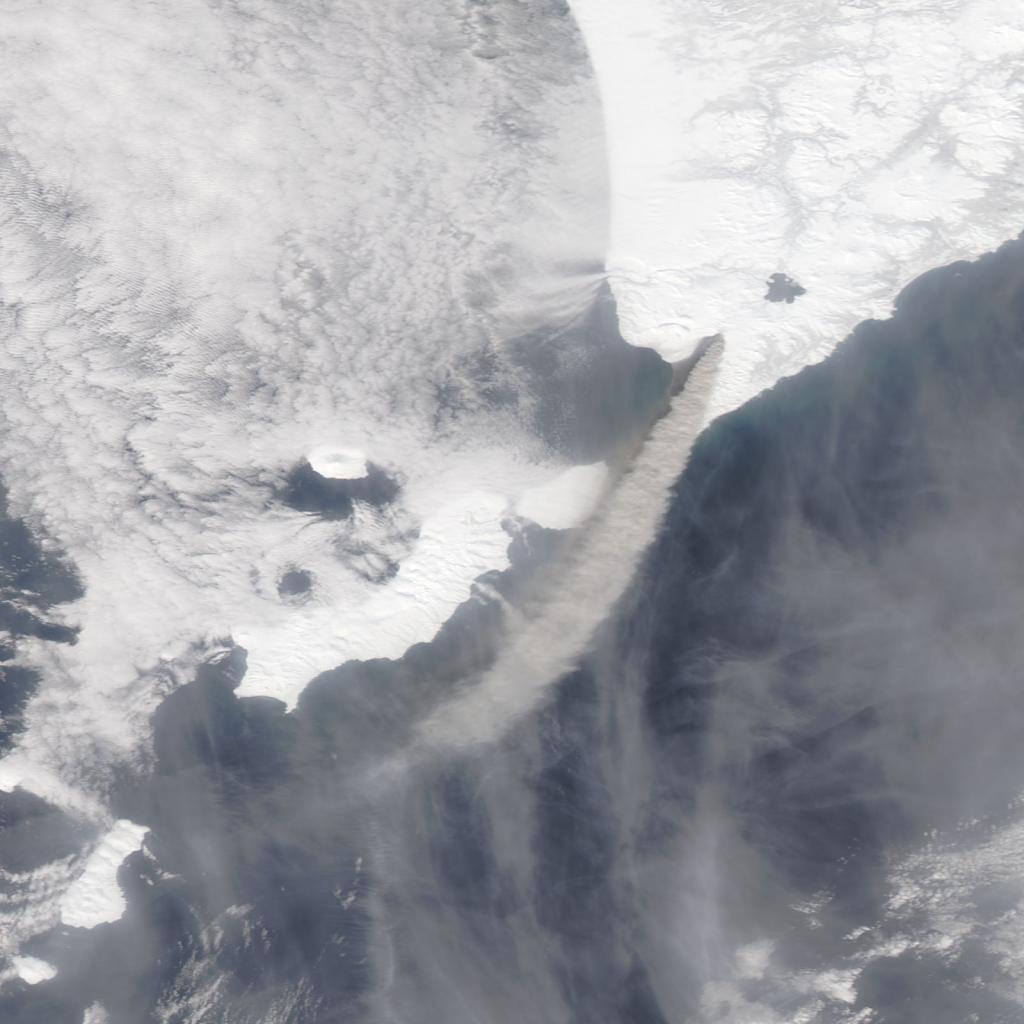 La columna de cenizas que emite el volcán Kambalny es bien visible en esta imagen tomada el pasado día 25 de marzo por el satélite Aqua. NASA.