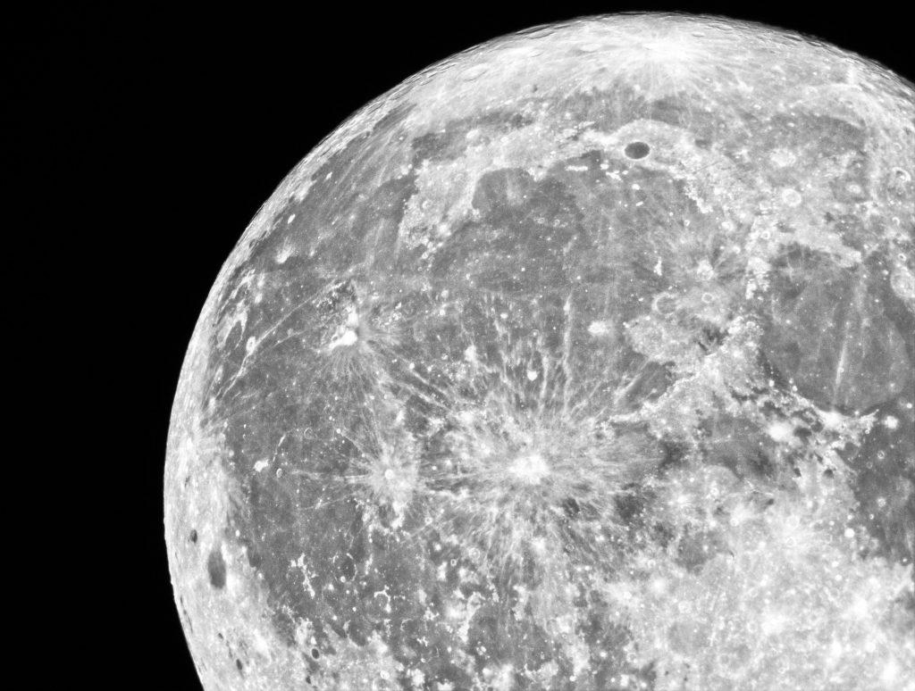 Un detalle de la Luna donde se observan los mares, en tono gris oscuro, y las tierras altas, de color blanco.