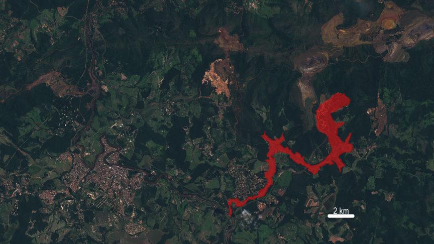 La zona afectada por la ruptura de la presa está marcada en rojo sobre la imagen del satélite Sentinel 2. En la zona superior de la imagen se pueden ver numerosas minas a cielo abierto. ESA/Programa Copernicus.