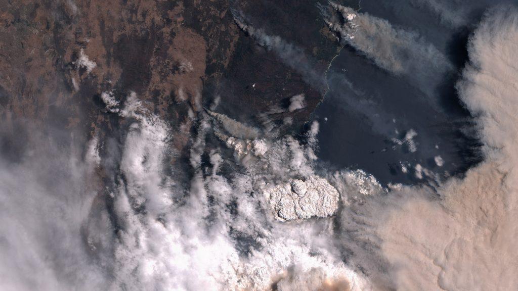 En la parte derecha de la imagen podemos ver una nube de color marrón. Es la nube de ceniza y carbono elevándose de los incendios y no una tormenta de polvo. Esta nube llegaría a Nueva Zelanda, de lo que nos ocuparemos más tarde. La imagen fue tomada el pasado día 31 de diciembre por  el satélite Sentinel 2 del Programa Copernicus de la ESA. ESA.