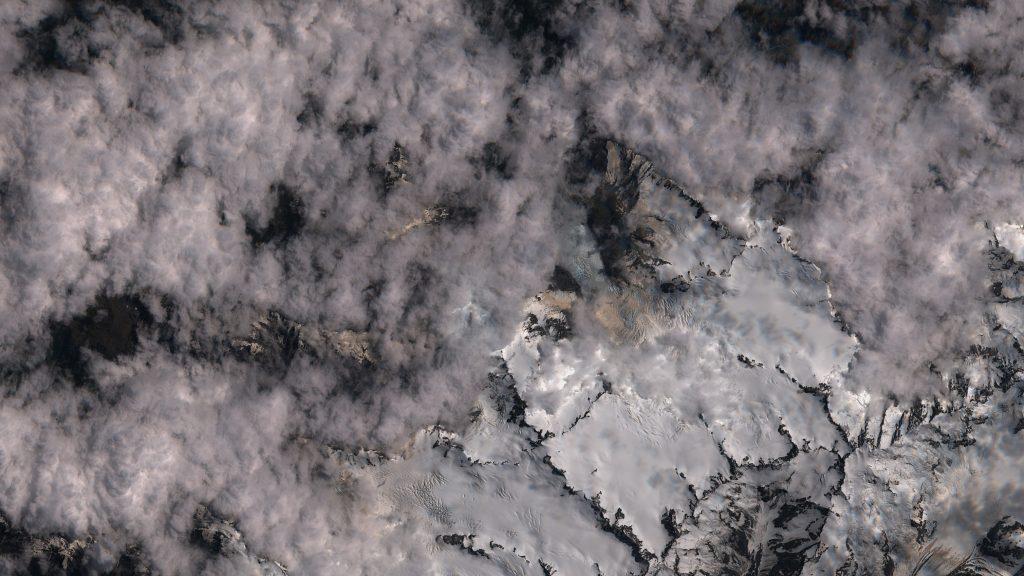 El glaciar Francisco José (nombrado así en honor del emperador Austriaco Francisco José I de Austria) también se ha visto afectado por la caída de ceniza, como se ve en esta imagen tomada el pasado día 2 de enero por el satélite Sentinel 2 del Programa Copernicus de la ESA. ESA.