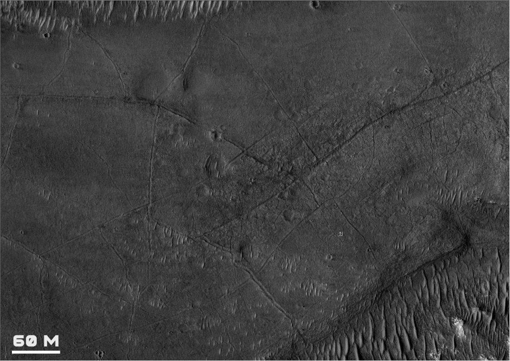 Recorte de una zona cercana a donde ha aterrizado el Perseverance, donde podemos apreciar numerosos surcos, bien visibles en las imágenes de la HiRISE. NASA/JPL/UA.