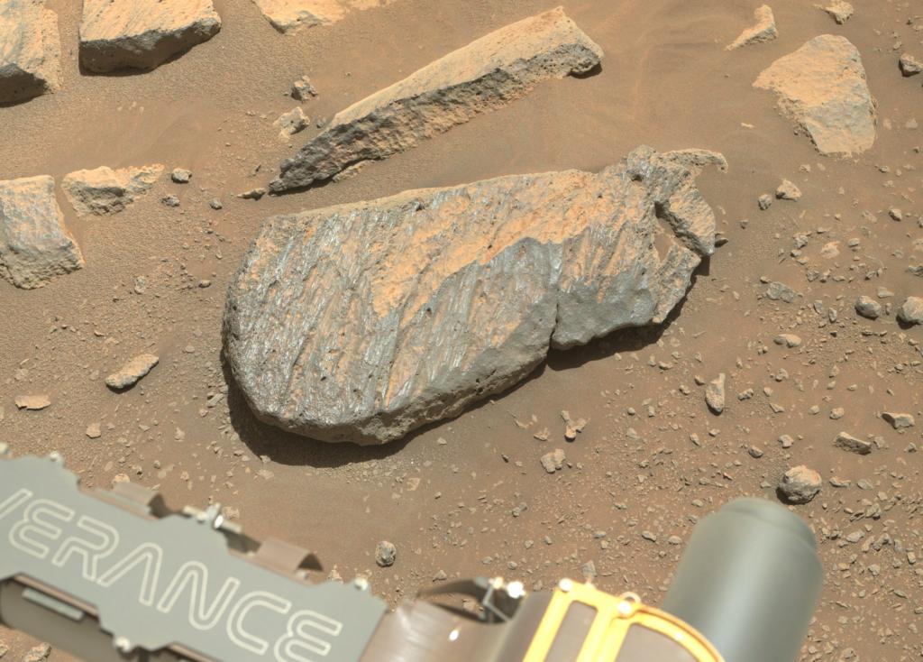 Una roca sobre el suelo marciano con claros signos de haber sufrido erosión eólica a lo largo del tiempo geológico. Por cierto, la roca tiene ya nombre oficial: Rochette. NASA/JPL-Caltech.